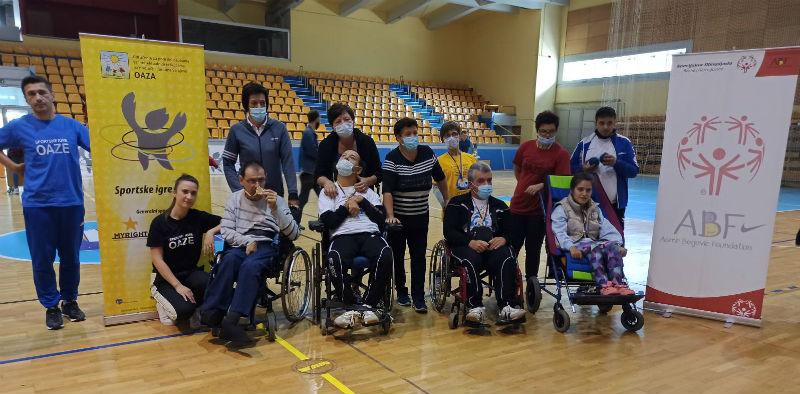 Slika svih učesnika takmičenaja MATP- program za osobe sa višestrukim poteškoćama, zajedno sa njihovim pratiovoma u Dvorani Ramiz Salčin, tokom SIO2020